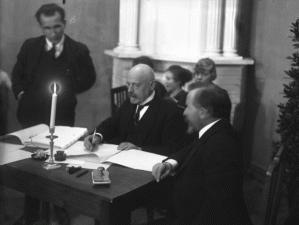 Jaan Poska kirjutab alla ajaloolisele dokumendile