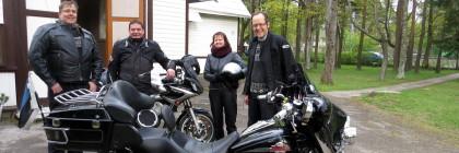 Nõmme koguduse motoklubilistest on seekord pildile jäänud (vasakult): Marek Alveus, Ulvar Kullerkupp ning Liina ja Ove Sander.
